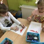 DZiewczynki kodują przy stoliku