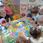 Dzieci bawia się mapa interaltywną