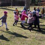 Dzieci biegają w parku