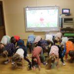 Dzieci ćwiczą aerobik z wykorzystaniem tablicy interaktywnej