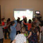 Dzieci podczas aerobiku z wykorzystaniem tablicy interaktywnej