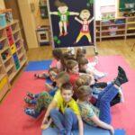 Dzieci podczas zabaw ruchowych na materacu