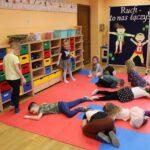 Dzieci podczas zabawy ruchowej - pająk i muchy