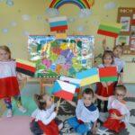 Dzieci podczas zajęć patriotycznych