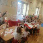 Dzieci podczas zajęć z edukacji patriotycznej