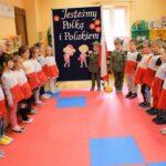 Dzieci śpiewają hymn Polski