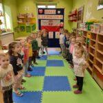 Dzieci spiewają hymn Polski