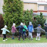 Dzieci tańczą układ taneczny na świeżym powietrzu