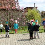 Dzieci tańczą w grupie Mrówki