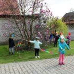 Dzieci tańcza w ogrodzie przedszkolnym