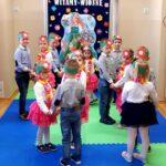 Dzieci tańczą w parach