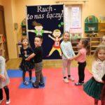 Dzieci tańczą w parach w sali przedszkolnej