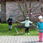 Dzieci tańczą ze wstażkami