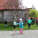 Dzieci tańczą ze wstażkami w ogrodzie przedszkolnym