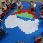 Dzieci ukladają biało-czerwone serce