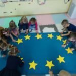 Dzieci układają flagę UE