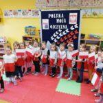Dzieci w barwach biało-czerwonych