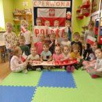 Dzieci w biało-czerwonych barwach