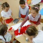 Dzieci wykonuja pracę plastyczną