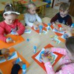 Dzieci wykonuja prace plastyczną - dom