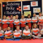 Dzieci z biało-czerwonymi sercami