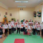 Dzieci z flagami Polski