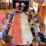 Dzieci z grupy Biedronek podczas wykonywania flagi Polski farbami