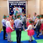 Dzieci z grupy Mrówki tańczą w kółku