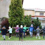 Dzieci z grupy Mrówki tańczą w ogrodzie przedszkolnym
