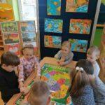 Dzieci z mapą interaktywna poznają swój kraj