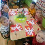 Dzieci z praca plastyczną przy stoliku
