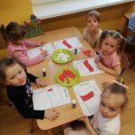 Dzieci z pszczólek wykonuja prace plastyczną