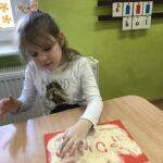 Dziewczynka pisze po kaszy- POLSKA