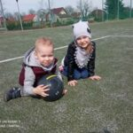 Dziewczynka z bratem na boisku