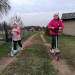 Dziewczynki na hulajnodze