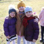 Na zdjęciu dziewczynki podczas wspólnej zabawy