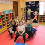 Zabawa ruchowa dzieci z wykorzystaniem krzesełek