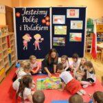 Zabawy dzieci mapą interaktywną