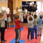 Zabawy ruchowe przedszkolaków z wykorzystaniem białej kartki