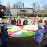Zabawy z chustą klanza na placu przedszkola