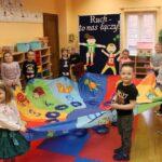 Zabawy z chustą klanza w sali przedszkolnej