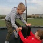 chłopcy na trampolinie