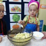 chłopiec dokłada majonez