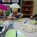 dzieci kroją banany