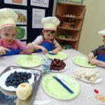 dzieci kroją owoce