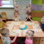 dzieci przy stole z masą solną