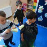 dzieci tworzą stroje recyklingowe