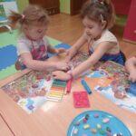 dziewczynki dzielą sie plasteliną