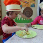 dziewczynki rozgniatają jajka