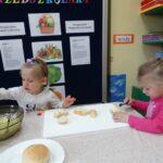 dziewczynki smarują kanapki
